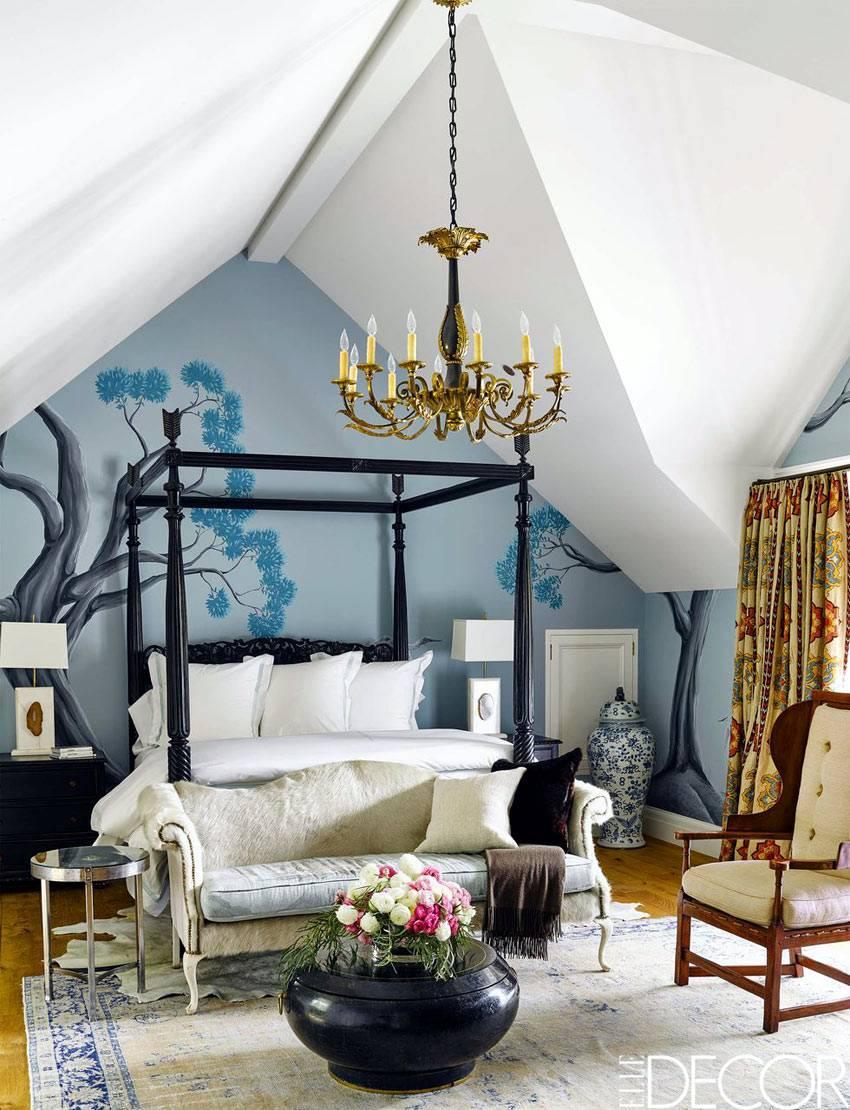 мансардная спальня с кроватью с балдахином и расписной стеной