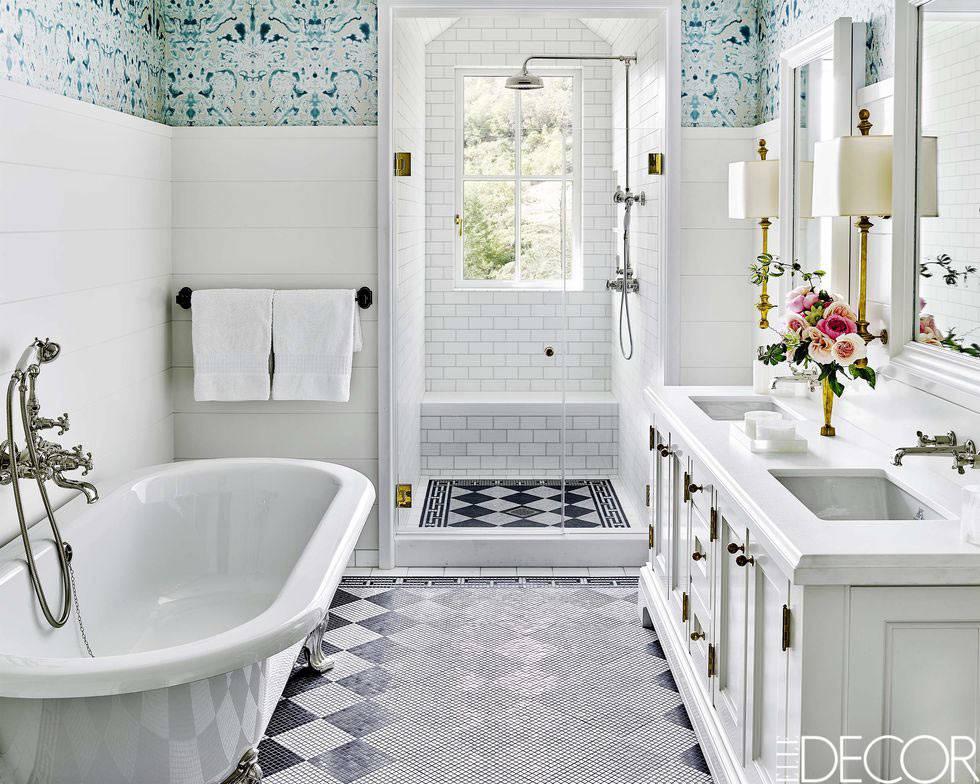 великолепная ванная комната с окном и двойным умывальником