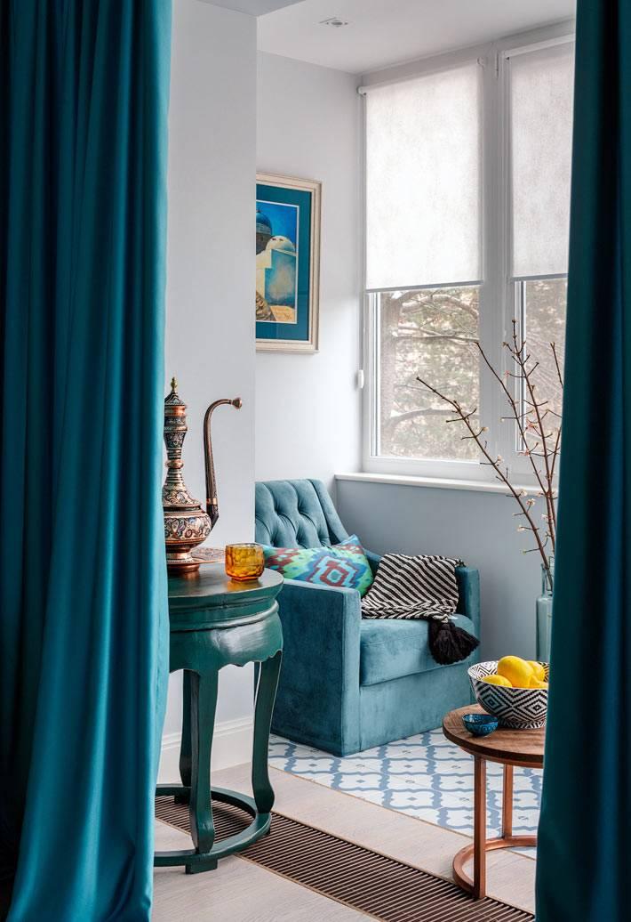 мягкое синее кресло в зоне отдыха на балконе фото