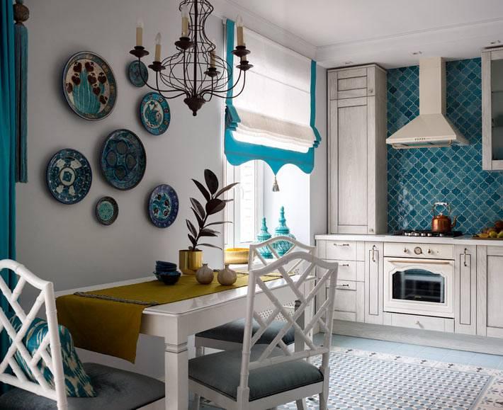 декоративные тарелки на стене над обеденным столом фото