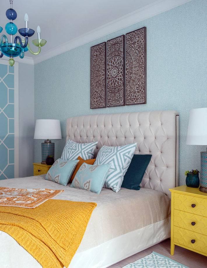 картина-мандала на стене над изголовьем кровати