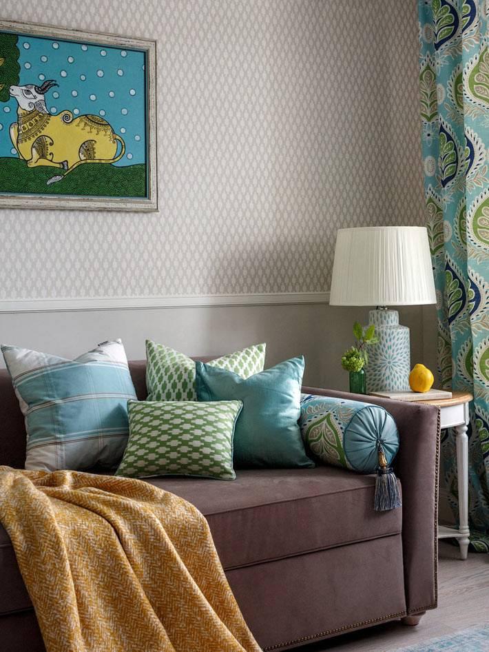 раскладной диван с подушками в детской комнате
