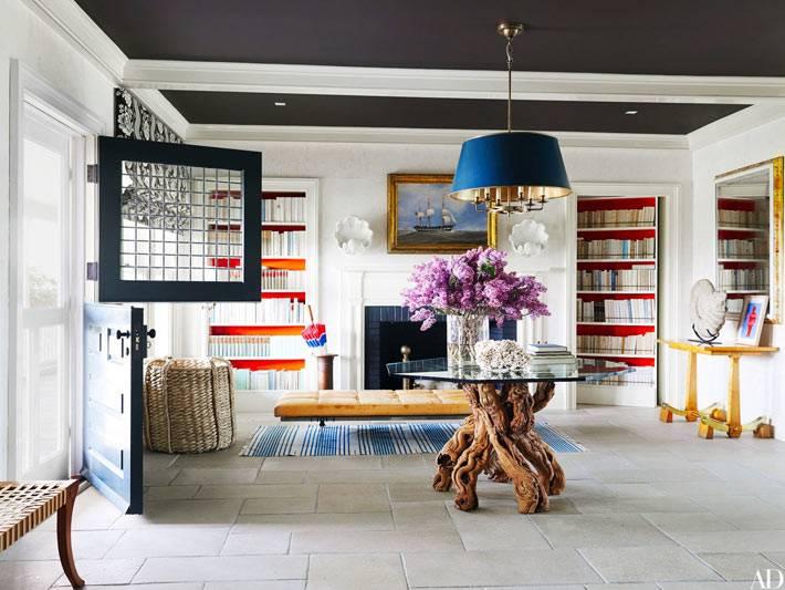 черный потолок в комнате и журнальный стол с ножками из дерева