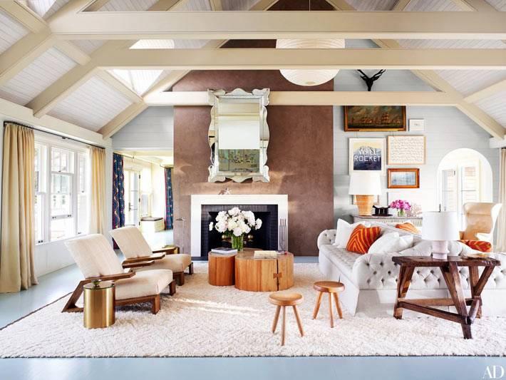 гостиная комната с деревянными балками под потолком