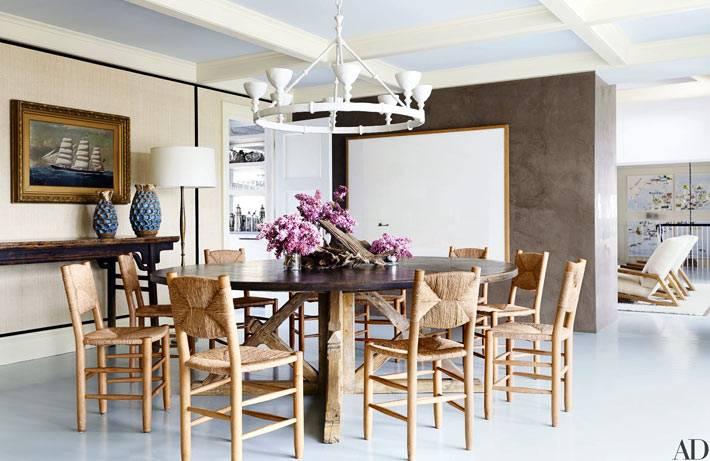 плетеные стулья доолняют большой круглый обеденный стол