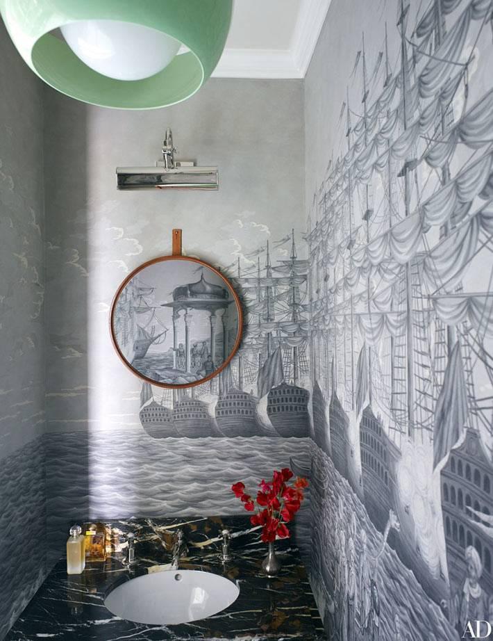 мраморный умывальник и круглое зеркало в нише ванной комнаты