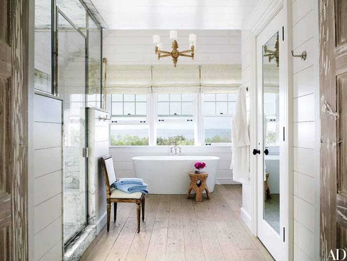 шикарная ванная комната имеет большое помещение и панорамные окна