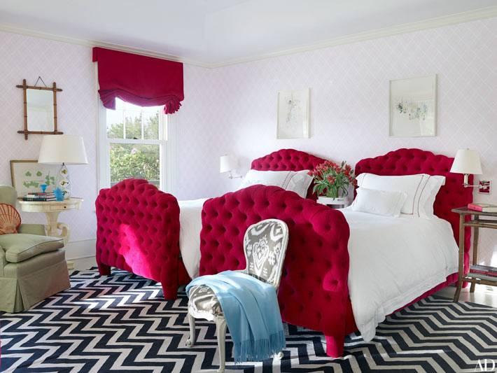 в детской комнате акцентной изюминкой стали малиновые кровати