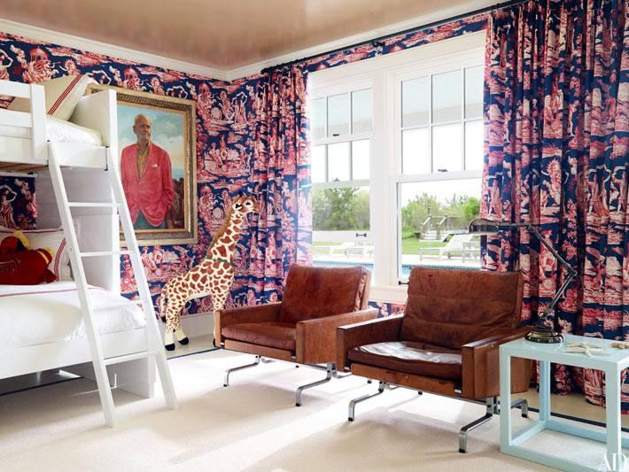 пестрый текстиль и обои в одном стиле в дизайне детской спальни