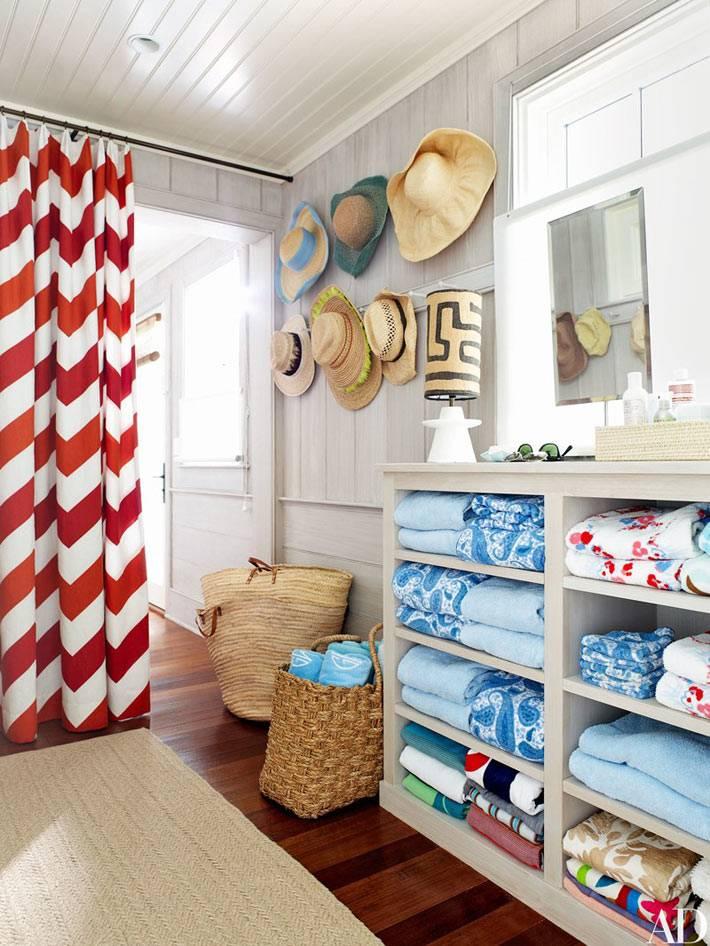 в прихожей установлен специальный комод для полотенец и пляжных одеял