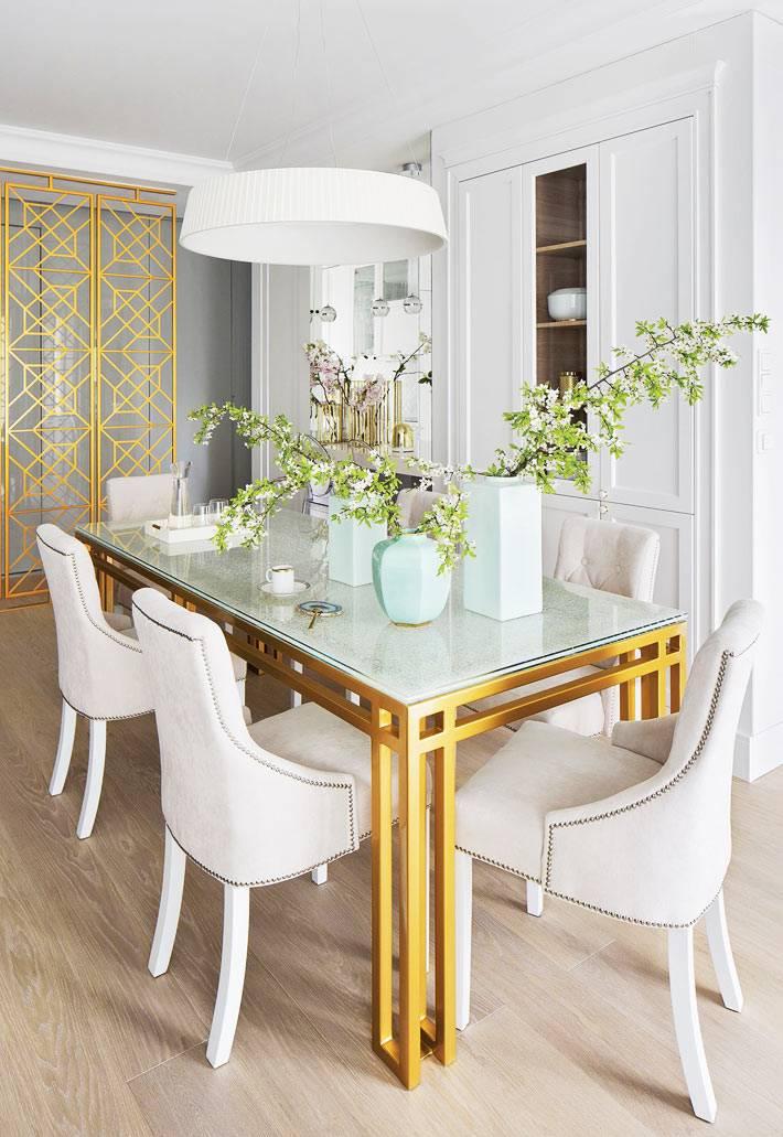 обилие золотых деталей в интерьере красивой квартире фото