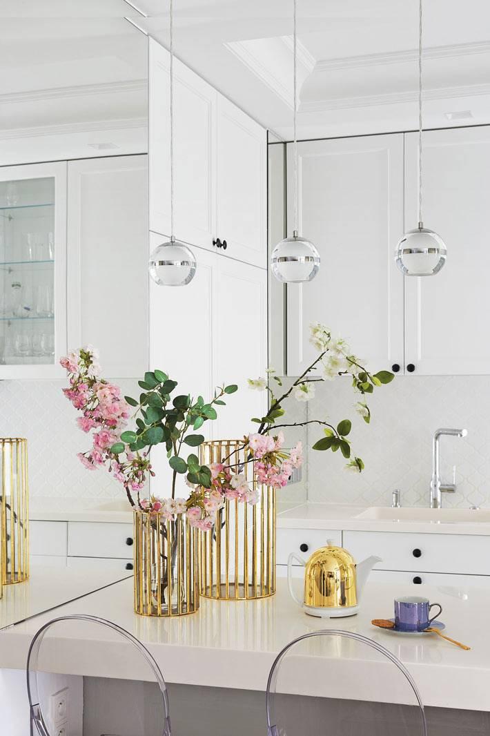 зеркала и белый цвет - приемы для расширения маленького пространства