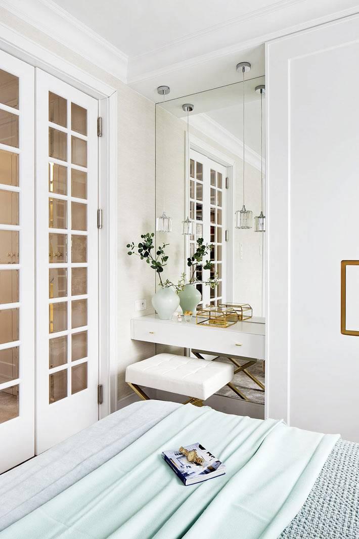 встроенный туалетный столик с зеркалом в нише спальни фото