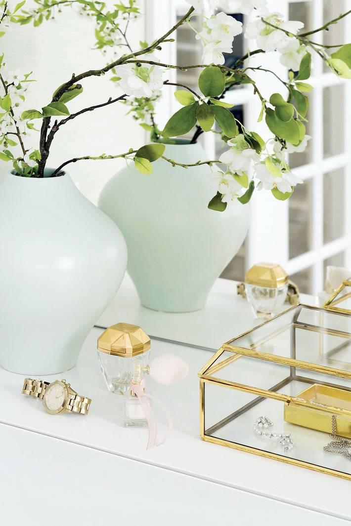 красивые золотыстые сувениры и шкатулки украшают интерьер