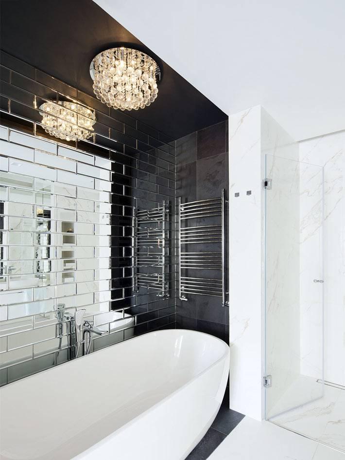 ниша с ванной выделена черной плиткой в белом интерьере