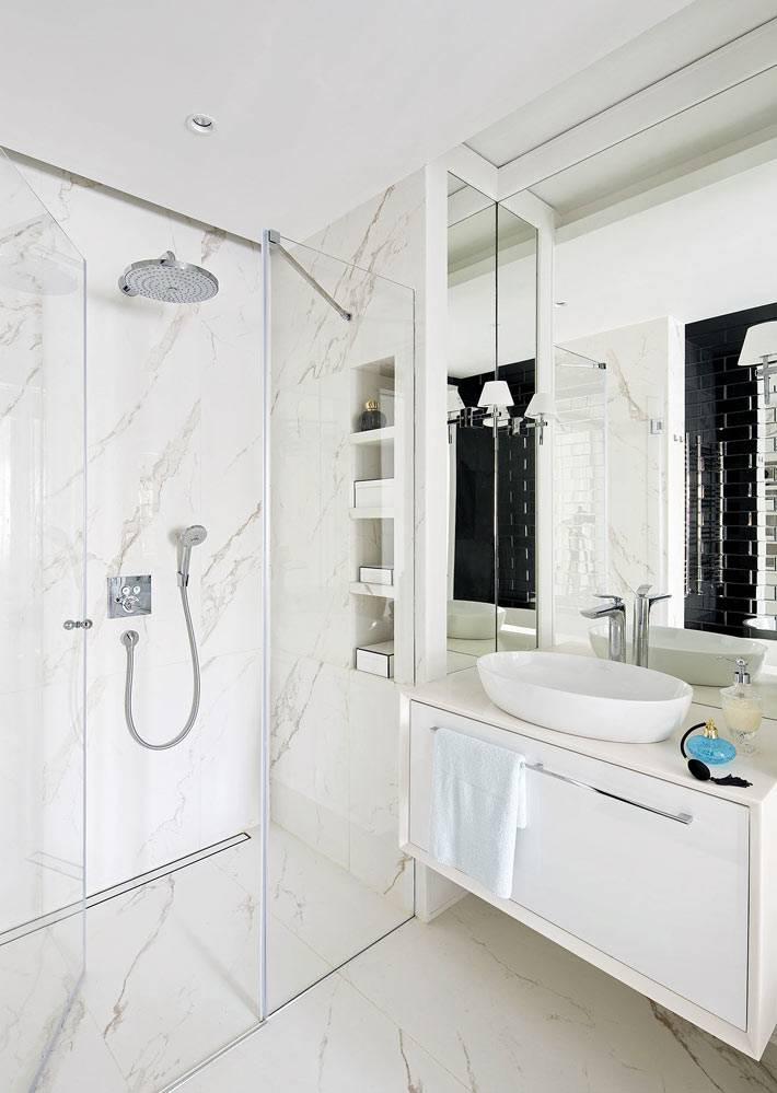 мраморная плитка в душевой зоне за стеклом в ванной комнате