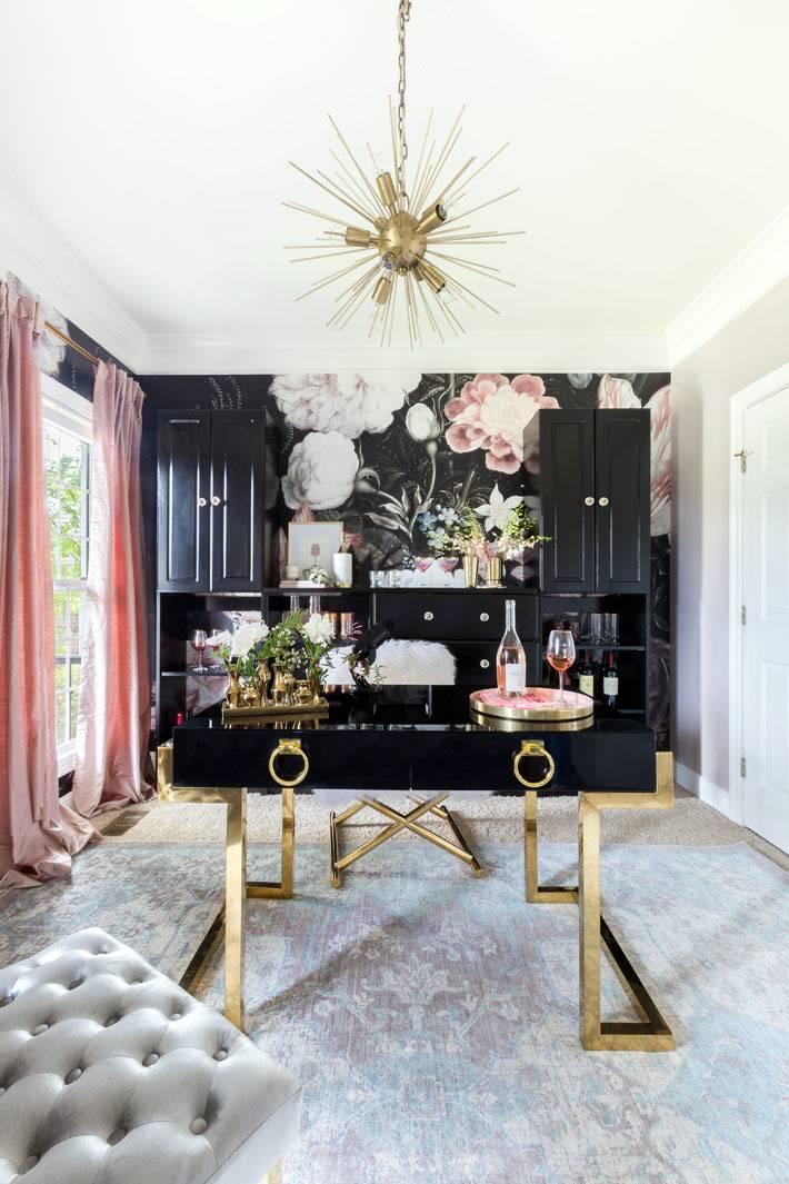 золотистая люстра и латунные ножки стола в красивом доме