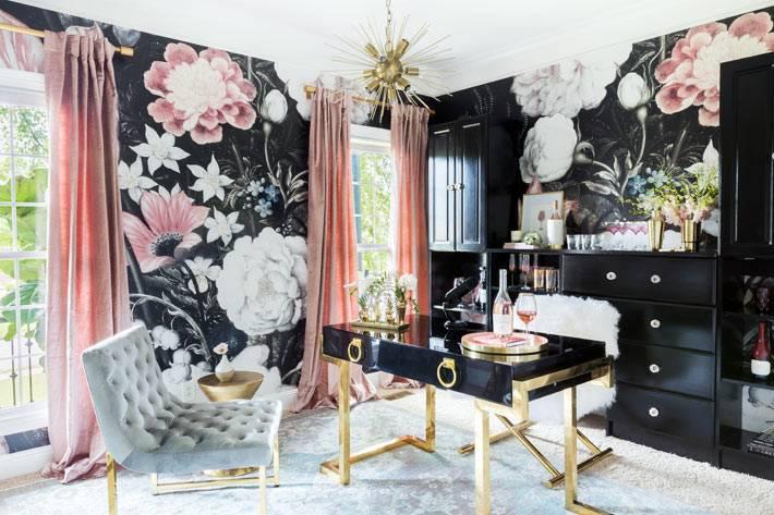 крупные цветы на черной стене в интерьере гостиной комнаты