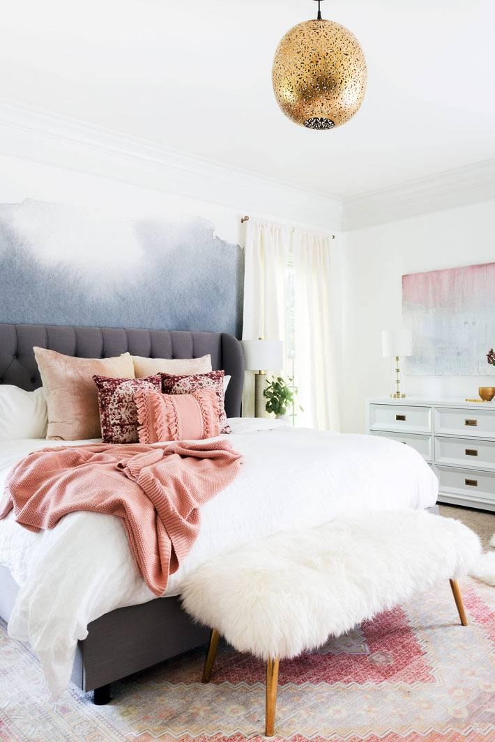 акварельные разводы на стене воздушной спальни фото