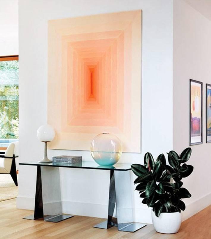 стены дома украшены картинами и арт-объектами мужа Рикии Мартина