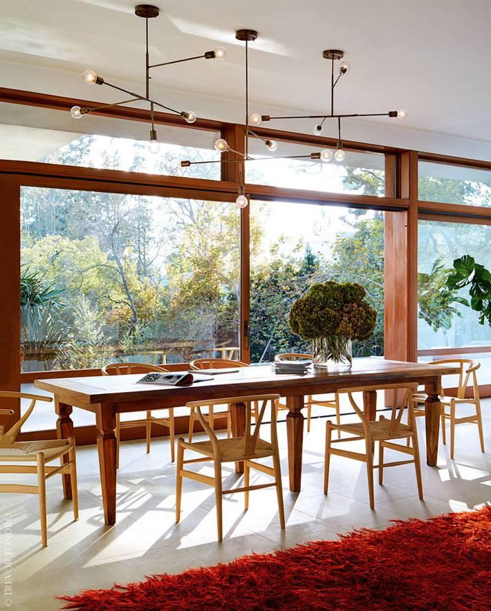 любимый длинный деревянный стол Рикии Мартина в столовой зоне
