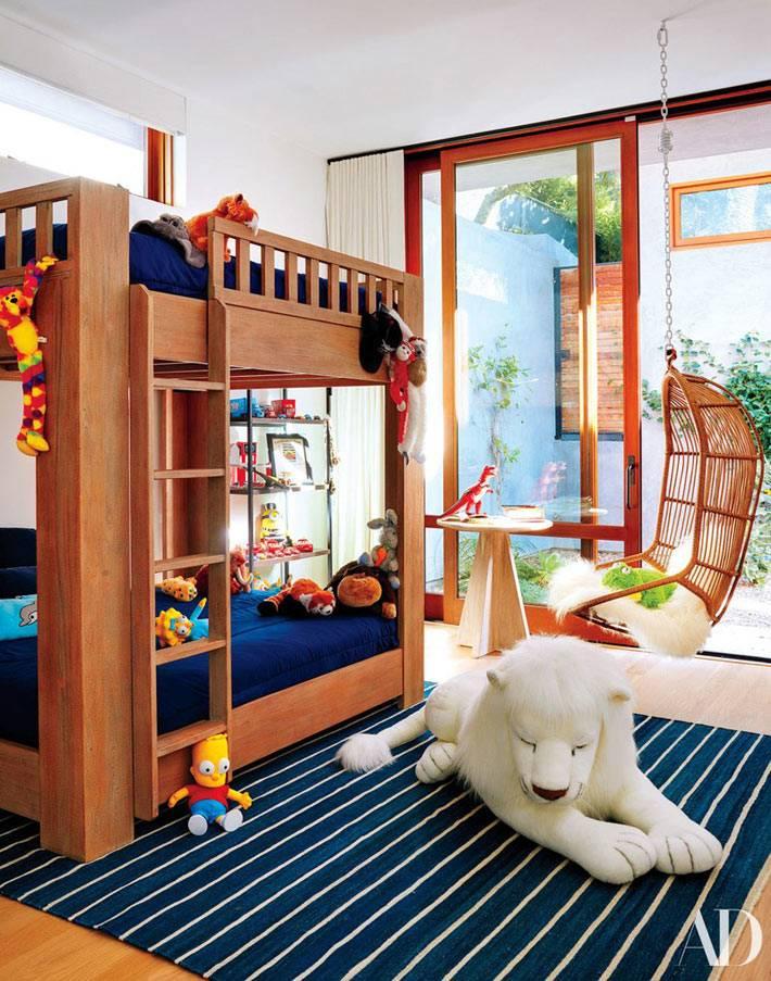 подвесное плетеное кресло и двухъярусная кровать в детской комнате