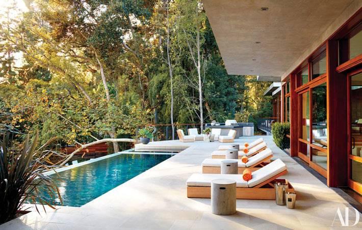 терраса с бассейном и лежаками для загара в доме Рикии Мартина