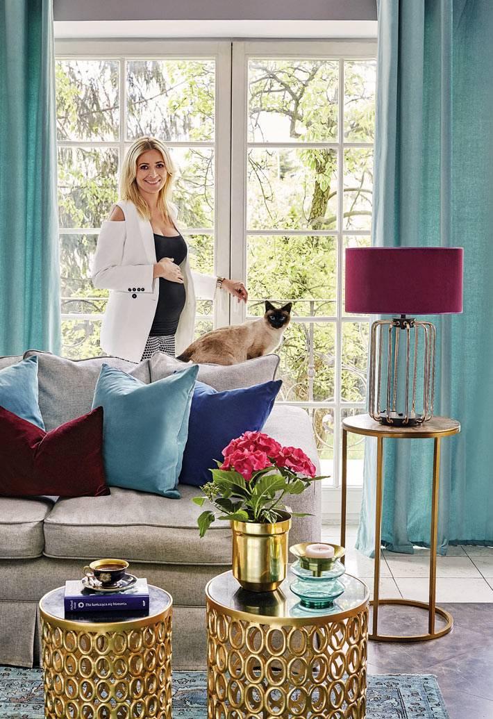 большие окна в пол с голубыми шторами в интерьере гостиной комнаты