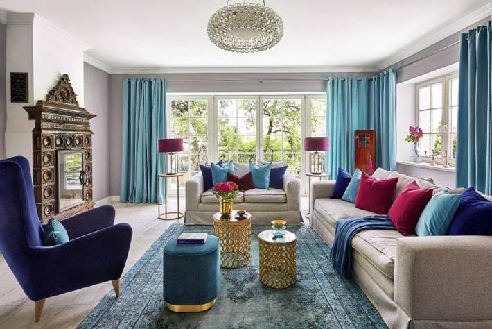 гостиная комната большая и светлая благодаря большим окнам во всю стену