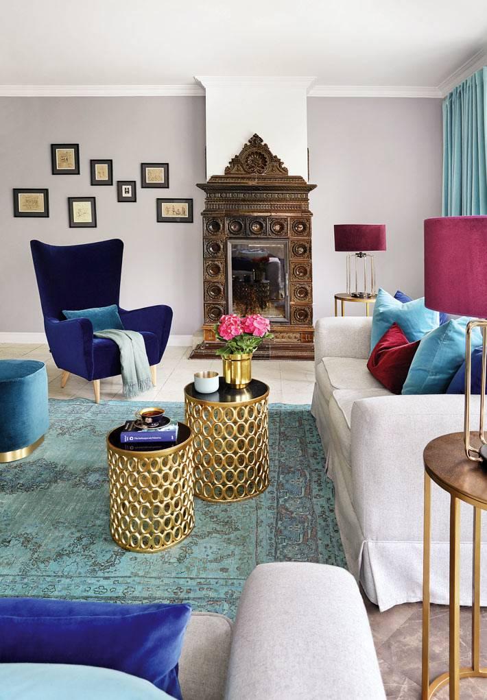 латунные модульные круглые журнальные столики в центре гостиной