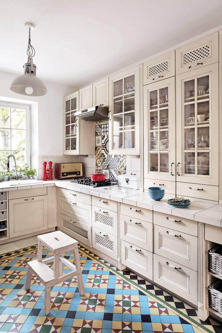 в кухонной мебели белого цвета предусмотрены много ящиков и полок