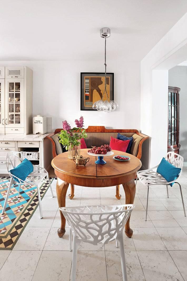 ажурные металлические стулья белого цвета стоят в зоне отдыха дома