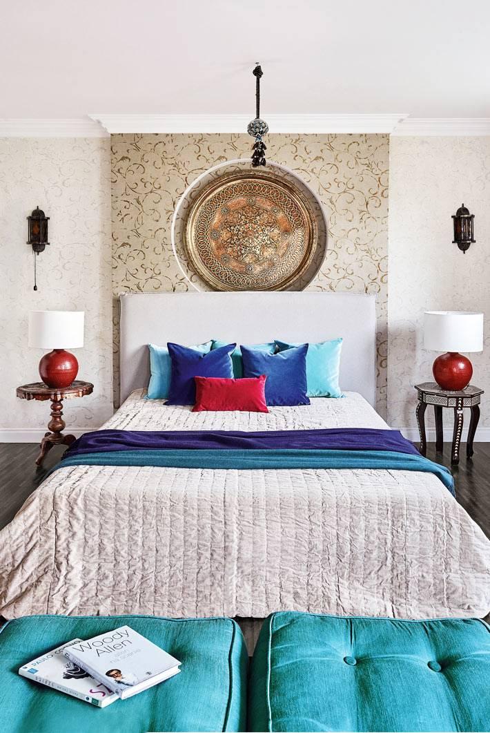 спалья оформлена с элементами марокканского стиля и ярких цветов