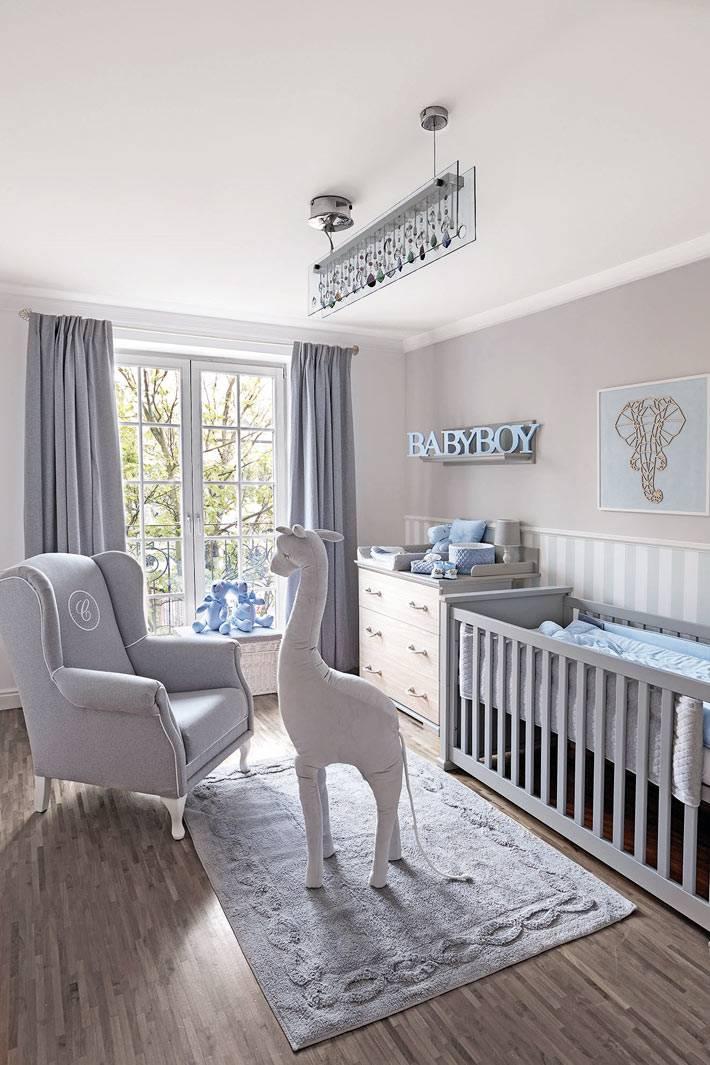 детская комната выполнена полностью в пастельныхсеро-голубых  тонах