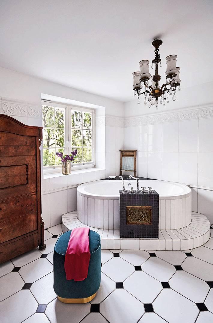 ванная комната шикарная - чаша ванны в углу комнаты с хрустальной люстрой