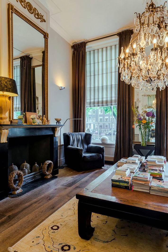 хрустальная люстра и коричневые шторы в квартире в Амстердаме