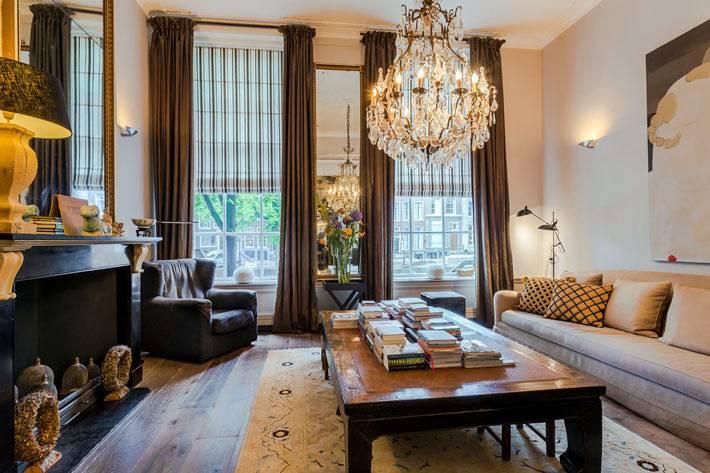 сдержанный классический дизайн квартиры с камином фото