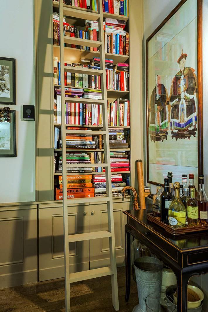 лестница возле шкафа с книжными полками в интерьере квартиры фото