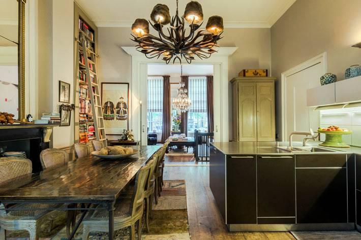 большое кухонное пространство с массивными деревянным столом