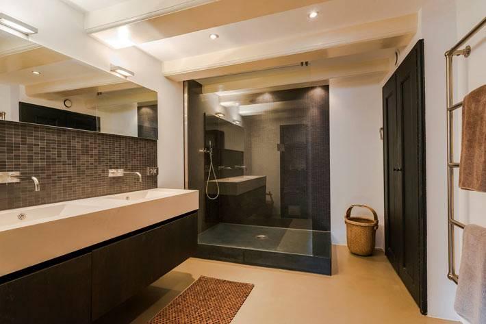 ванная комната большая, черно-белая с душевой кабиной