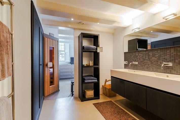 черная мебель с открытыми полками для полотенец в ванной комнате