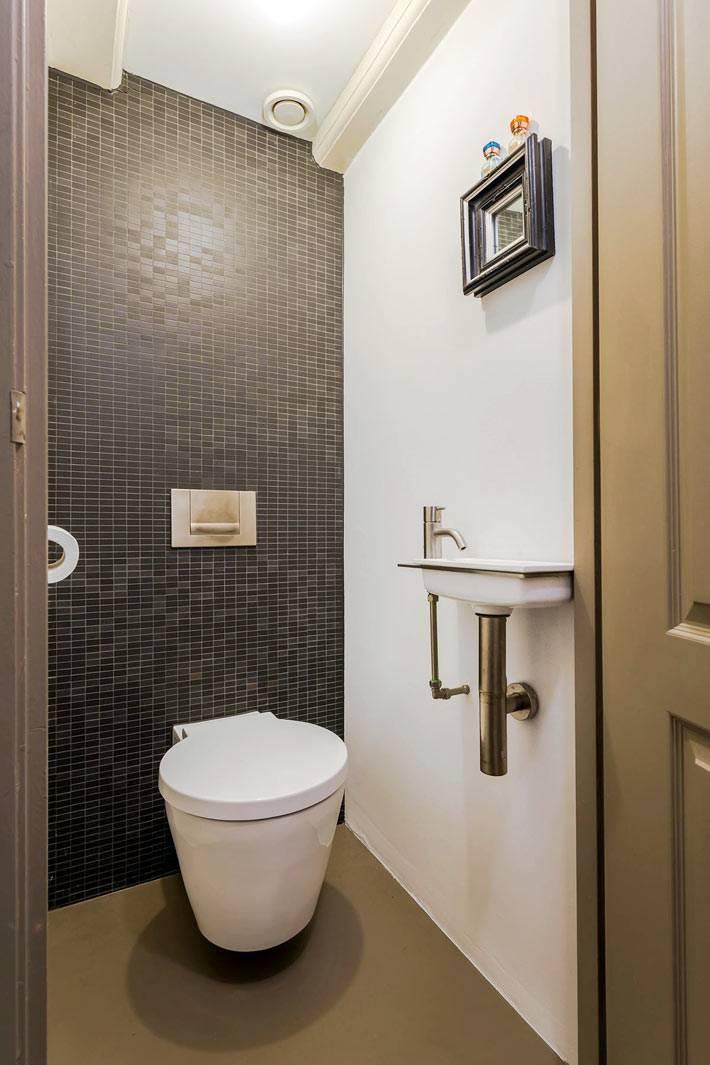небольшой туалет в двух разных цветах - белом и черном фото