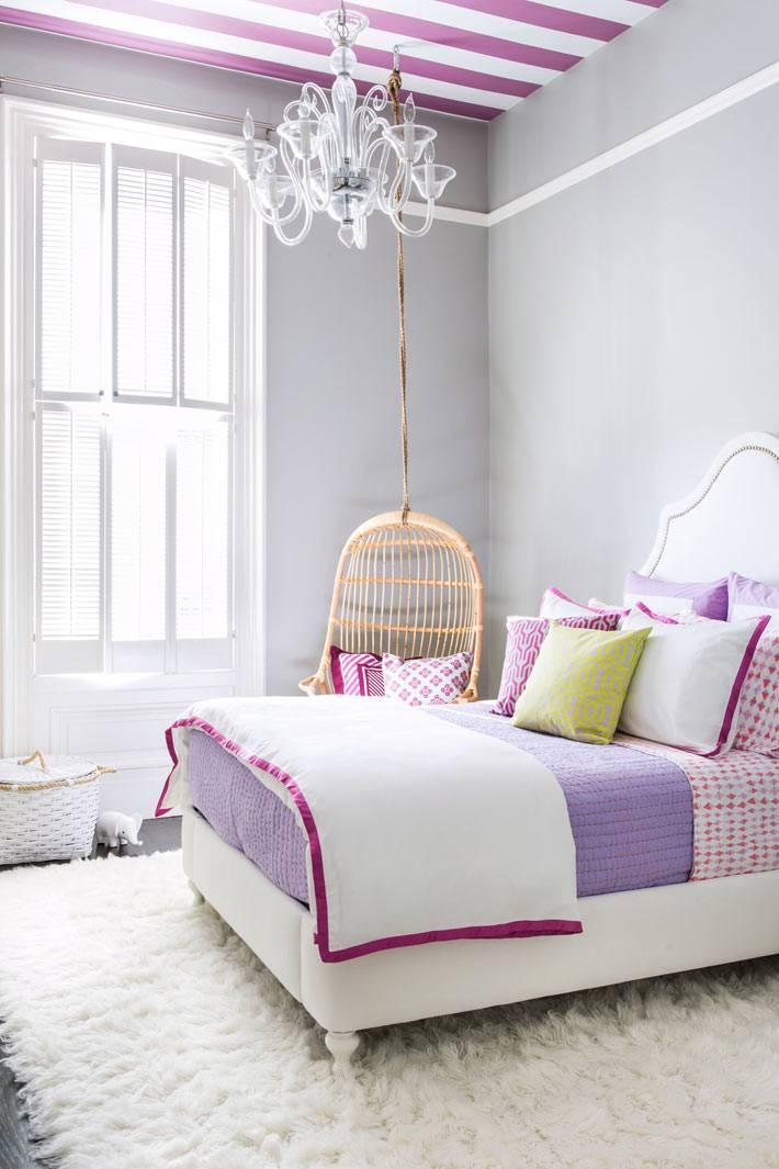 яркий потолок в детской комнате с фиолетовыми и белыми полосками