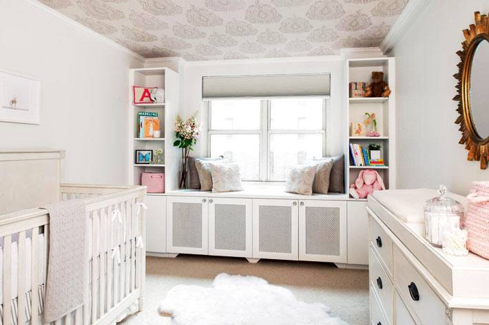 обои с дамаским рисунком на потолке в детской для младенца фото