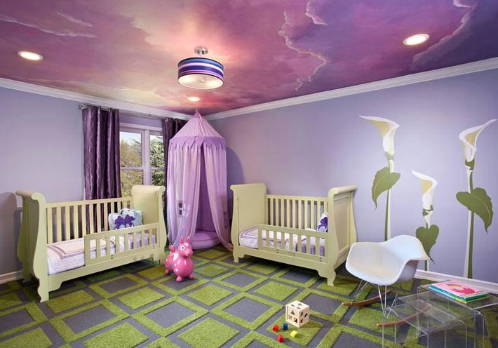 красиво оформленный потолок детской спальни с фиолетовым небом