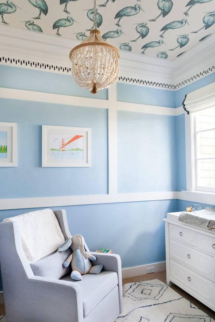 дизайн интерьера детской в голубом оформлении с красивым потолком