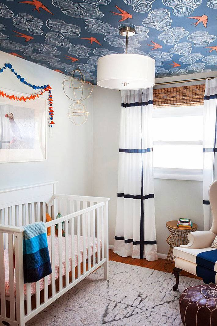 темно-синие обои на потолке в белом интерьере детской комнаты