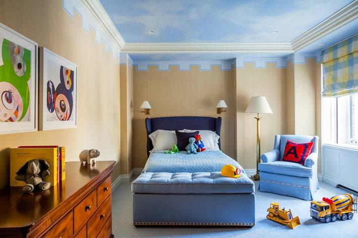 голубое небо с облаками нарисовано на потолке комнаты для ребенка
