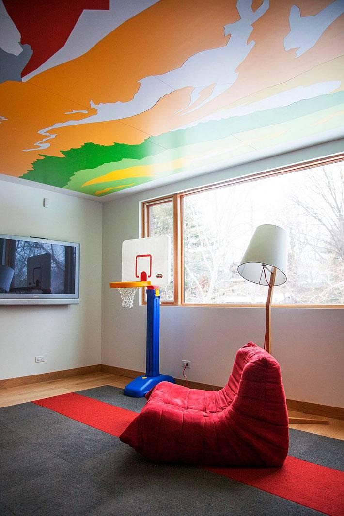 разноцветные разводы на потолке детской игровой комнаты