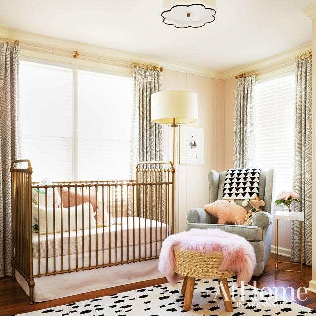 золотистая латунная кроватка для младенца в интерьере детской